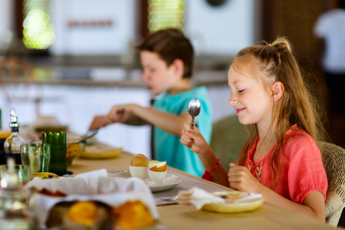 How to get your kids to talk more at the table: 5 parenting tips that are actually easy to implement... and work too! | Cool Mom Eats