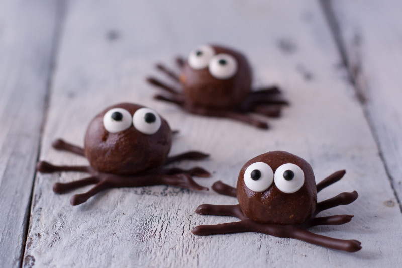 Healthy-ish Halloween lunchbox treats: Chocolate Peanut Butter Protein Spiders at Eating Richly