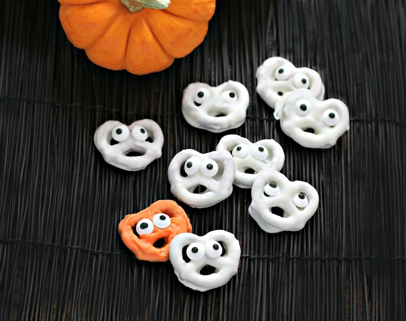 Healthy-ish Halloween lunchbox treats: Pretzel Ghosts at Culinary Envy (that can be made with yogurt instead of chocolate!)