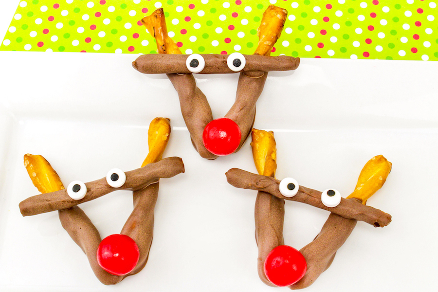 Delicious and totally easy holiday food crafts for kids: Chocolate Pretzel Reindeer at Brite & Bubbly