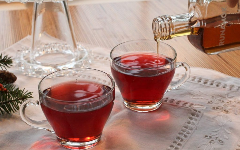 Prancer's Punch: A fabulous holiday cocktail recipe from Runamok maple syrup, made with pomegranate juice and a little cinnamon + vanilla infused maple syrup