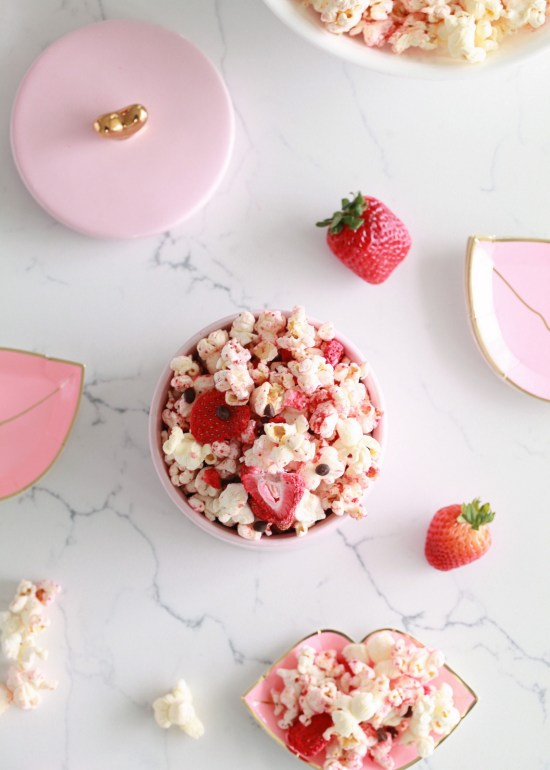 Last-minute lunch box treats for Valentine's Day: Valentine's Chocolate Strawberry Popcorn | Posh Little Designs