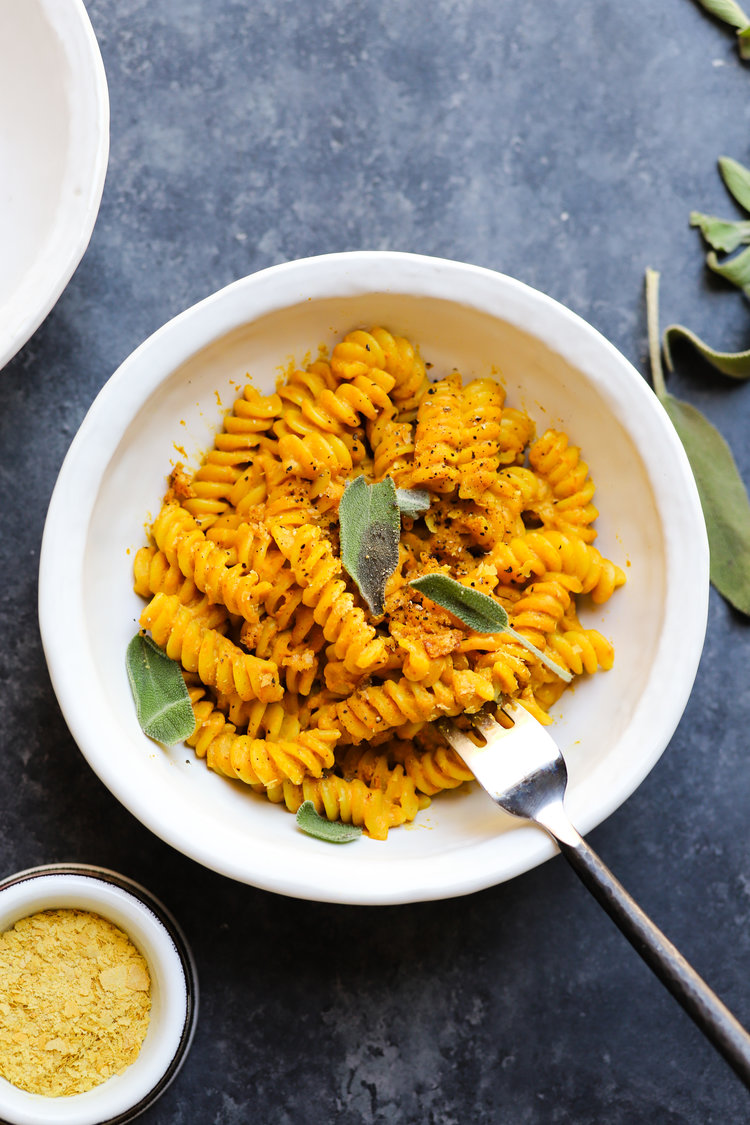 Creative ways to use canned pumpkin in recipes: Vegan pumpkin mac and cheese | Lindsey Eats LA