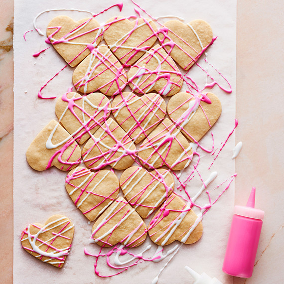 Easy ideas for decorating heart cookies with the kids for Valentine's Day: Drizzle heart cookies © Chelsea Cavanaugh for Martha Stewart