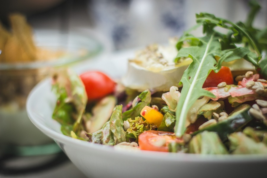 Weekly meal plan: Salad bar! Photo by Jasmin Schreiber via Unsplash