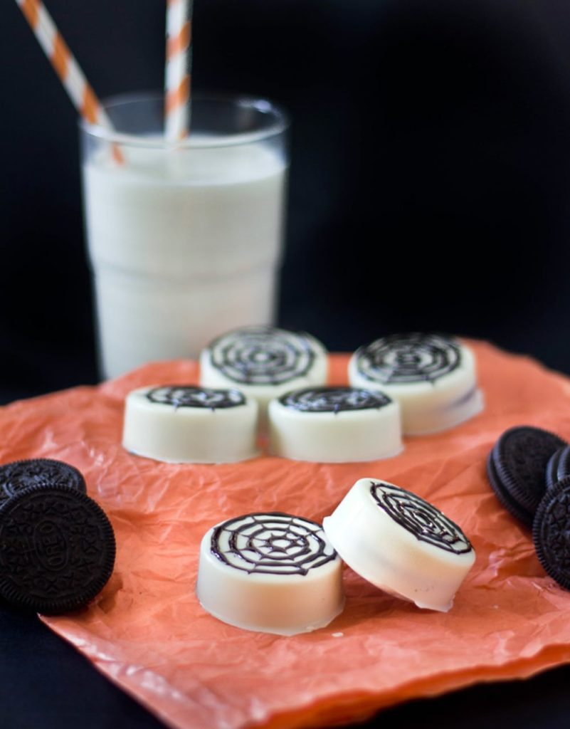 Easy Oreo treats for Halloween: Spider Web Oreo Cookies from Zesty Bite