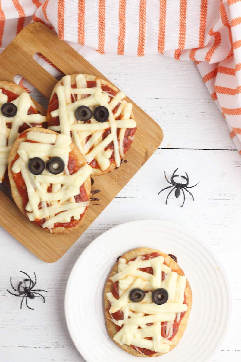 Weekly meal plan: Mini Halloween mummy pizzas at Easy Peasy Creative