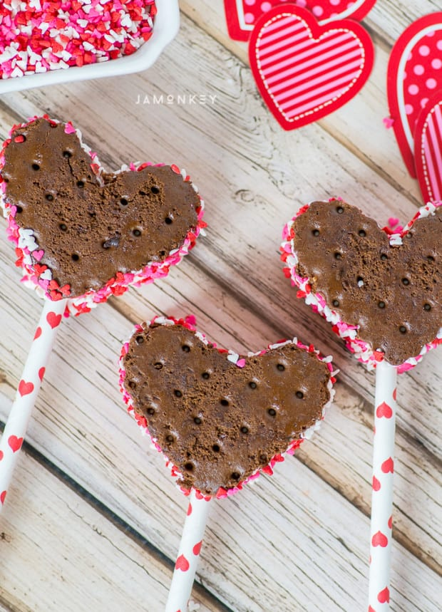 Heart-shaped cookie-cutter Valentine's Day ice cream treats | JaMonkey