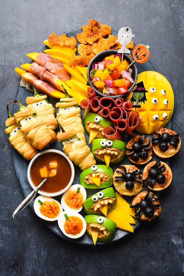 Halloween snack tray for kids from Foxes Love Lemons