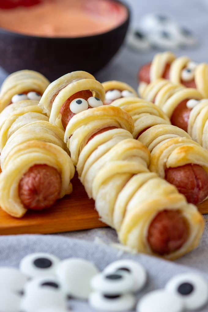 Hot dog mummies: Perfect recipes for a Halloween theme dinner with the kids | recipe via Appetizer Addiction