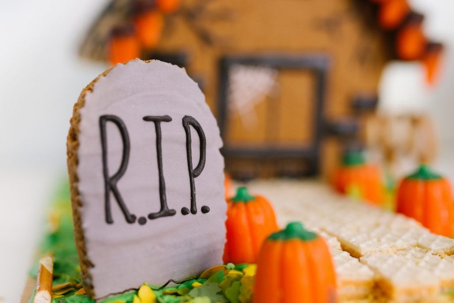 How to make haunted gingerbread houses for halloween: tons of the best tips including the one from Pretty Life Girls, shown here